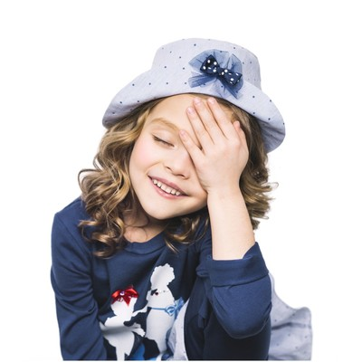 Синяя шляпка в горошек для девочки с декором
